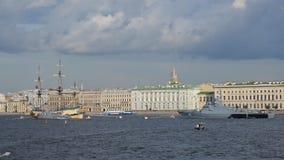 Russische Schiffe, die für Marine-Tagesparade in St Petersburg, Russland prepearing sind stock footage