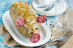 Russische schotel holodets, hoofdkaas, de gelei van het varkensvleesvlees, aspic in fles gevormd grappig die varken met salamiwor stock foto's