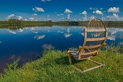 Russische See-Landschaft mit Holzstuhl Lizenzfreie Stockfotos