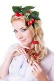 Russische sinnliche Frau mit Kranz von der Kirsche und von den Blättern Stockbild