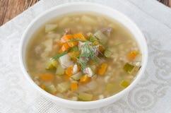 Russische soep rassolnik met kippenspiermagen en gerst, bovenkant vie Royalty-vrije Stock Foto