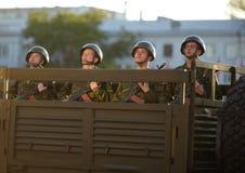 Russische Soldaten an der Paradewiederholung Stockfotos