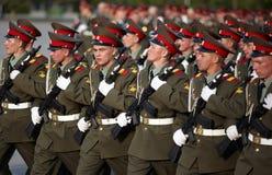Russische Soldaten an der Paradewiederholung Stockbilder