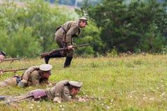 Russische Soldaten des ersten Weltkriegs während des Angriffs Lizenzfreie Stockfotos