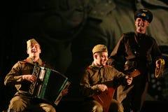 Russische Soldaten, die den Halt in der Synthese des musikalischen Orchesters spielen Lizenzfreies Stockfoto