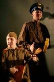 Russische Soldaten, die den Halt in der Synthese des musikalischen Orchesters spielen Lizenzfreies Stockbild