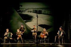 Russische Soldaten, die den Halt in der Synthese des musikalischen Orchesters spielen Lizenzfreie Stockbilder