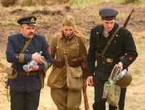 Russische Soldaten die Rekonstruktion des Kampfes in der Militäruniform des Zweiten Weltkrieges Lizenzfreies Stockbild