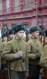 Russische Soldaten in Form von dem großen patriotischen Krieg an der Parade auf Rotem Platz in Moskau Lizenzfreie Stockfotos