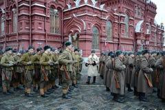 Russische Soldaten in Form von dem großen patriotischen Krieg an der Parade auf Rotem Platz in Moskau Lizenzfreie Stockfotografie