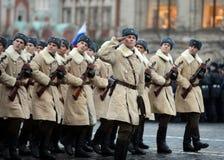 Russische Soldaten in Form von dem großen patriotischen Krieg an der Parade auf Rotem Platz in Moskau Stockbilder