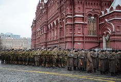 Russische Soldaten in Form von dem großen patriotischen Krieg an der Parade auf Rotem Platz in Moskau Lizenzfreie Stockbilder