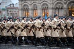 Russische Soldaten in Form von dem großen patriotischen Krieg an der Parade auf Rotem Platz in Moskau Stockbild