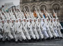 Russische Soldaten in Form von dem großen patriotischen Krieg an der Parade auf Rotem Platz in Moskau Stockfotografie