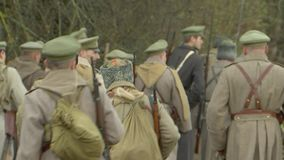 Russische Soldaten gehen in den Krieg stock footage