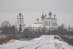 Russische Straße zum Kloster, Winterzeit Stockbild