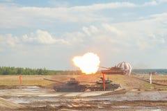 Russische t-90 tanks op militaire prestaties stock afbeeldingen