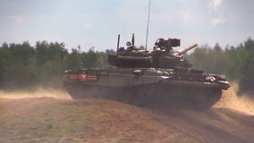Russische tank t-90A die op de militaire grond wordt geschoten stock videobeelden