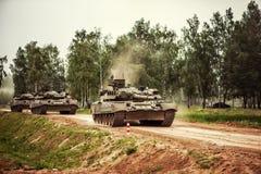 Russische tanks die op een landweg drijven Royalty-vrije Stock Foto's