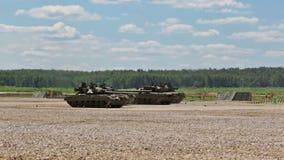 Russische tanks in show van militaire uitrusting stock footage