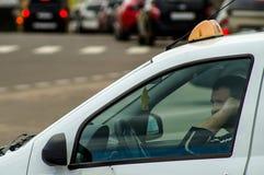 Russische taxibestuurder die op klanten wachten Stock Fotografie