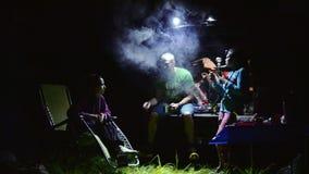 Russische Toeristen die Shisha roken bij Nacht stock footage