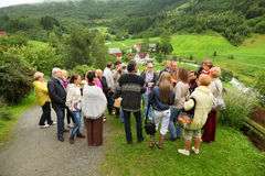 Russische Touristen stehen auf Hügel und hören Anleitung Lizenzfreie Stockfotografie