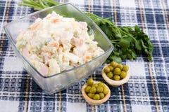 Russische traditionele meer olivier salade Stock Foto's