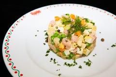 Russische traditionele salade Olivier Stock Afbeeldingen