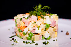Russische traditionele salade Olivier Stock Afbeelding