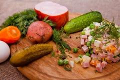 Russische traditionele salade Olivier Stock Foto's