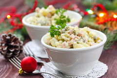 Russische traditionele salade Olivier voor Nieuwjaarpartij Stock Foto's