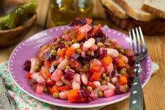 Russische traditionele salade vinegret of vinaigrette met gedobbelde gekookte groenten stock afbeeldingen
