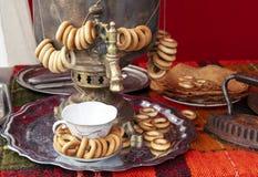 Russische traditionele samovar met bundels van ongezuurde broodjes royalty-vrije stock afbeeldingen