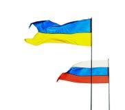 Russische und ukrainische Flaggen lokalisiert auf weißem Hintergrund Stockfotos