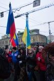 Russische und ukrainische Flaggen zusammen für den Trauermarsch der Opposition zum Gedächtnis von Boris Nemtsov Stockfotografie