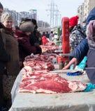 Russische Verbraucher, die Fleisch kaufen lizenzfreie stockfotos