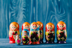 Russische Verschachtelungspuppen babushkas oder matryoshkas Stockbilder