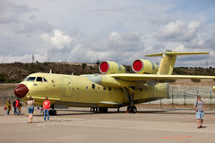 Russische vielseitige amphibische Flugzeuge Be-200 auf einer Ausstellung Stockfotos