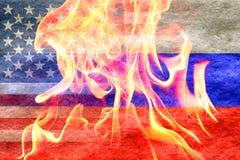 Russische vlag die in Amerikaanse vlag met brand vooraan langzaam verdwijnen Stock Foto