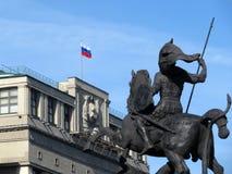 Russische vlag en het monument aan St George in Moskou stock afbeelding