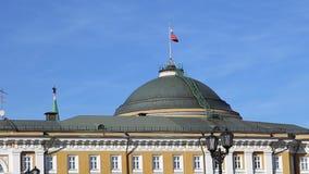 Russische vlag over de woonplaats van de President van Rusland in Moskou stock video