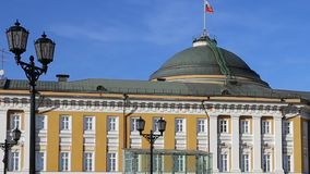 Russische vlag over de woonplaats van de President van Rusland in Moskou stock footage