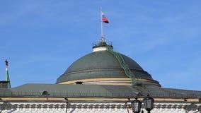Russische vlag over de woonplaats van de President van Rusland in Moskou stock videobeelden