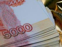 Russische Währung für 5000 Rubel auf einem Goldhintergrund Lizenzfreies Stockbild