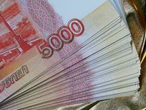 Russische Währung für 5000 Rubel auf einem Goldhintergrund Stockfotos