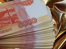 Russische Währung für 5000 Rubel auf einem Goldhintergrund Stockbild