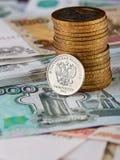 Russische Währung, Stapelmünzen und Banknoten Stockfotos
