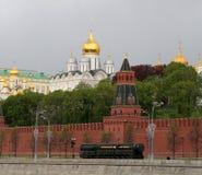 Russische Waffen Wiederholung der Militärparade stockfotos