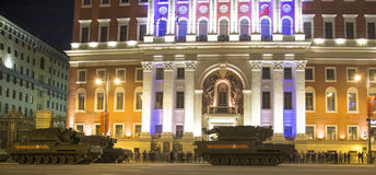 Russische Waffen Wiederholung der Militärparade (nachts) nahe dem Kreml, Moskau, Russland Stockfotos